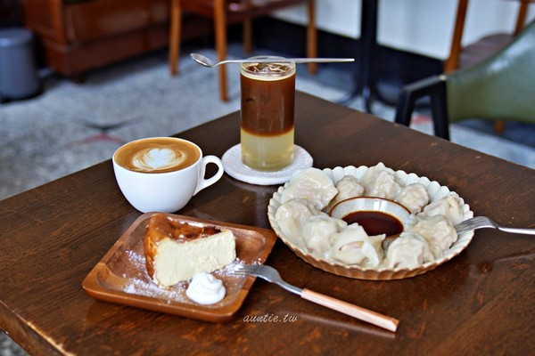爽吃板娘不私藏水餃!板橋復古老宅咖啡廳 必嘗巴斯克蛋糕 | ETtoda