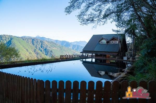 壯麗山巒盡收眼底!台中武陵露營區 必小拍木屋倒映水面超夢幻 | ETto