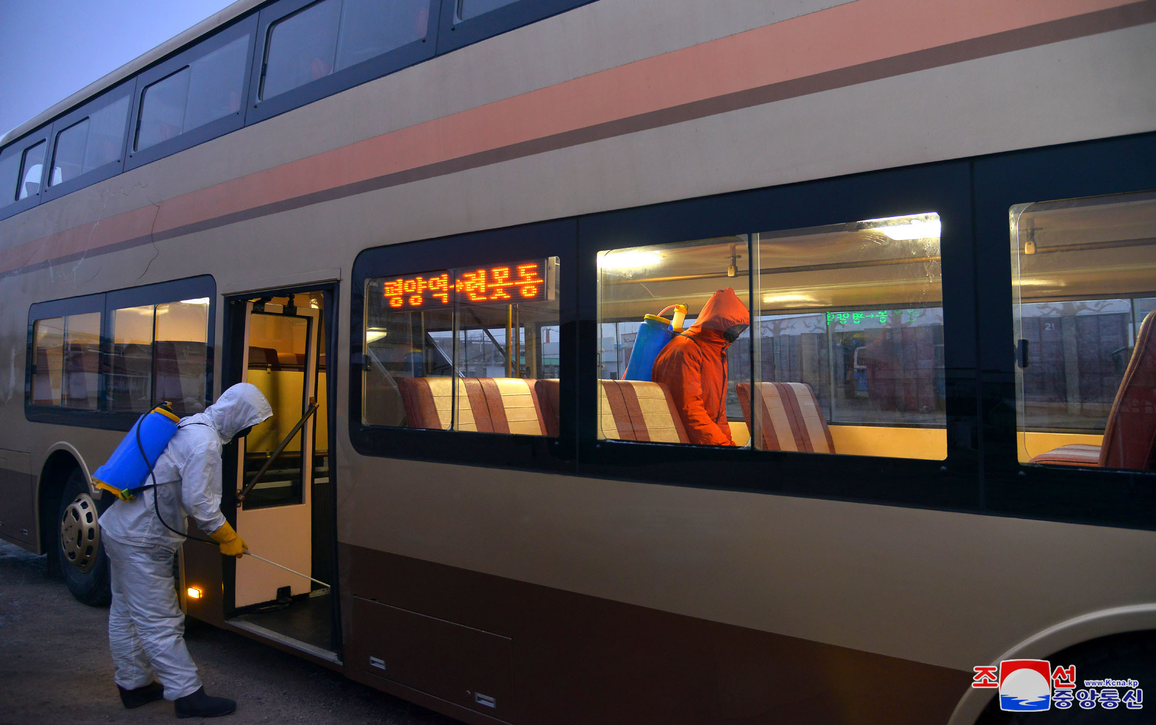 ▲▼北韓牡丹峰公車事業所派遣人員對公車內外進行消毒工作。(圖/達志影像)