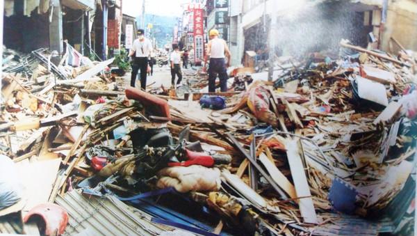 ▲ 921大地震後社區照片,當時全倒房屋有160棟,半倒有101棟,圖/陳老師 提供。