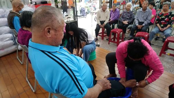 ▲ 重陽節舉辦的洗腳活動讓長輩及家長們感動落淚。圖/芳美社區發展協會 提供