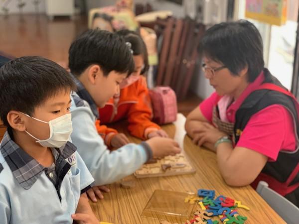 ▲ 陳老師與孩子們遊戲中。圖/芳美社區發展協會提供