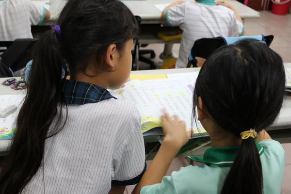 ▲ 孩子們彼此照顧,會協助隔壁的同學功課。因為大家寫完,就能一起出去玩!