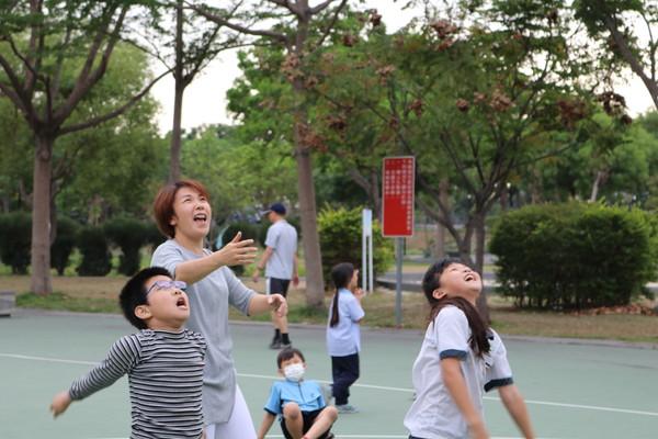 ▲ 楊老師在公園與孩子們一起打籃球。