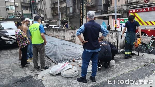 [新聞] 住戶停車場拿車一半…突遭鐵柵砸倒不治