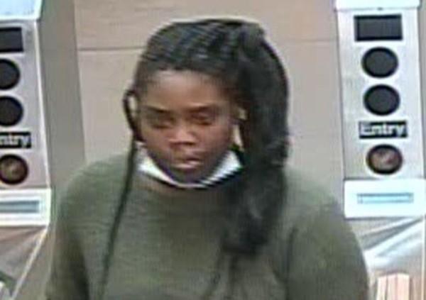亚裔女纽约地铁遭袭 施暴者掌打后脑 骂:滚下车!
