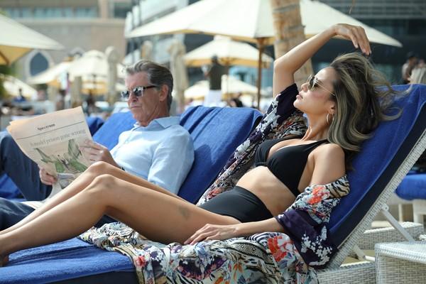 《007》皮爾斯布洛斯南化身高智商劫匪 狂撩嗆辣韓裔美女