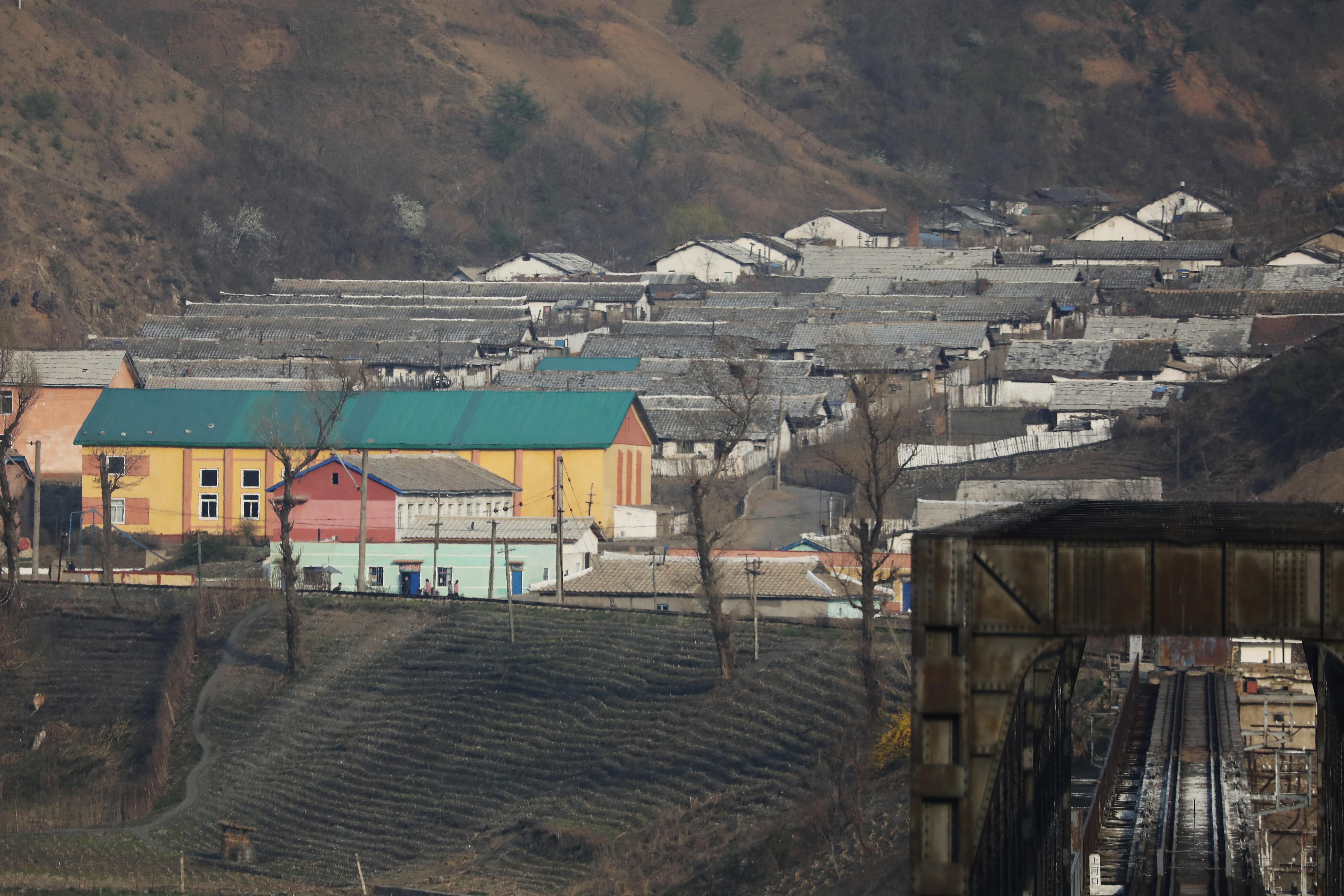 ▲▼從中國遼寧丹東,望向北韓新義州的聚落與工廠。(圖/路透社)