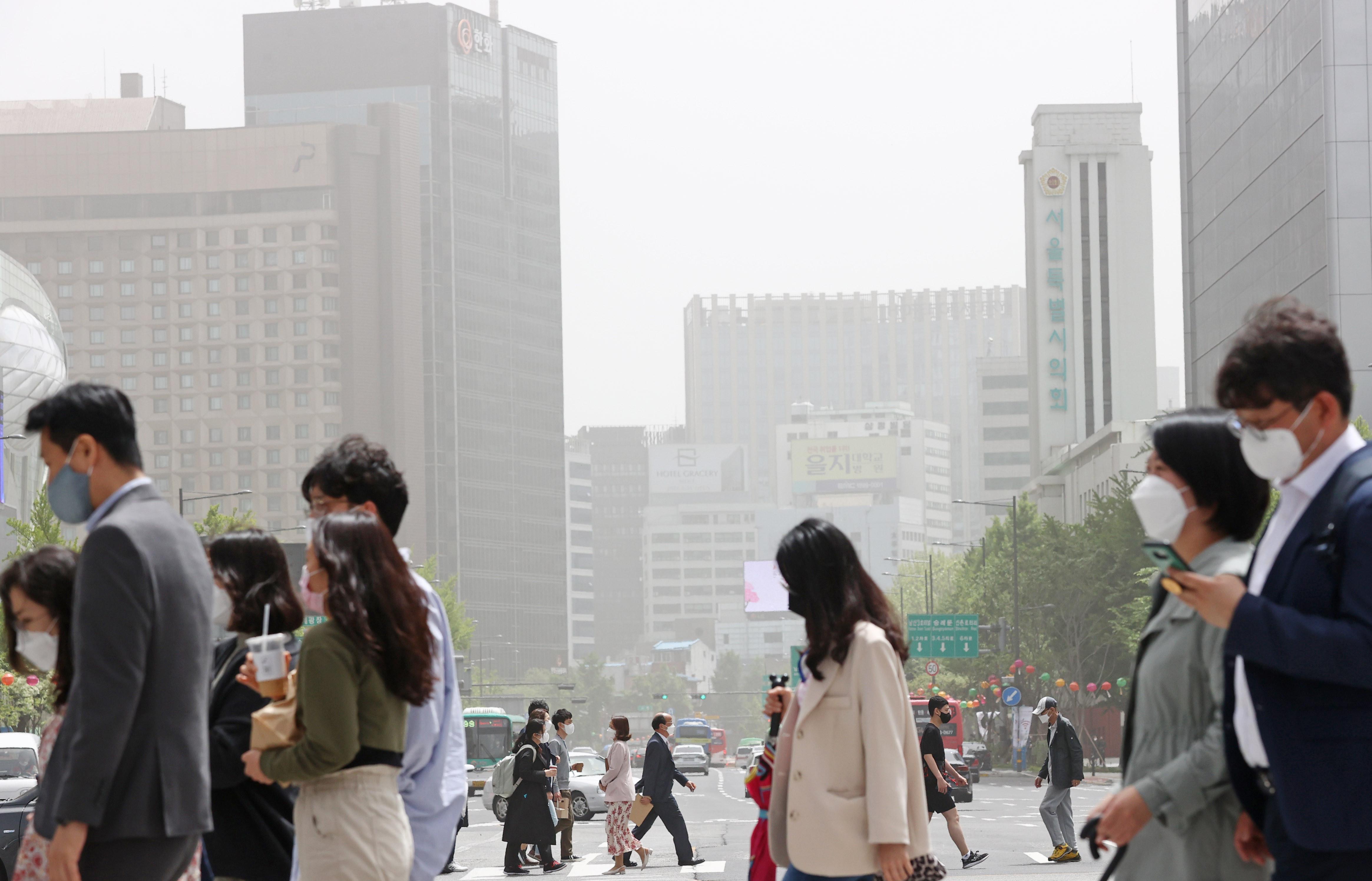 ▲▼南韓首爾7日受到沙塵暴影響,市區瀰漫陣陣灰白黃沙。(圖/達志影像/newscom)