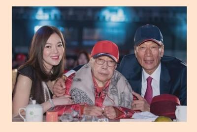 發合照送祝福 郭台銘:母親都是最偉大的