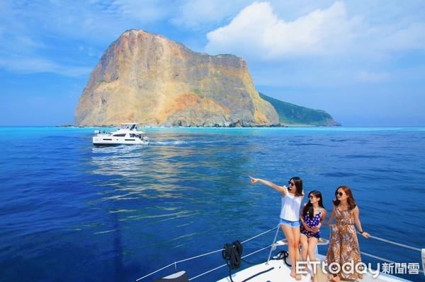 龜山島今年新玩法!搭豪華帆船看牛奶海仙境 海上玩SUP、漂浮魔毯 | E