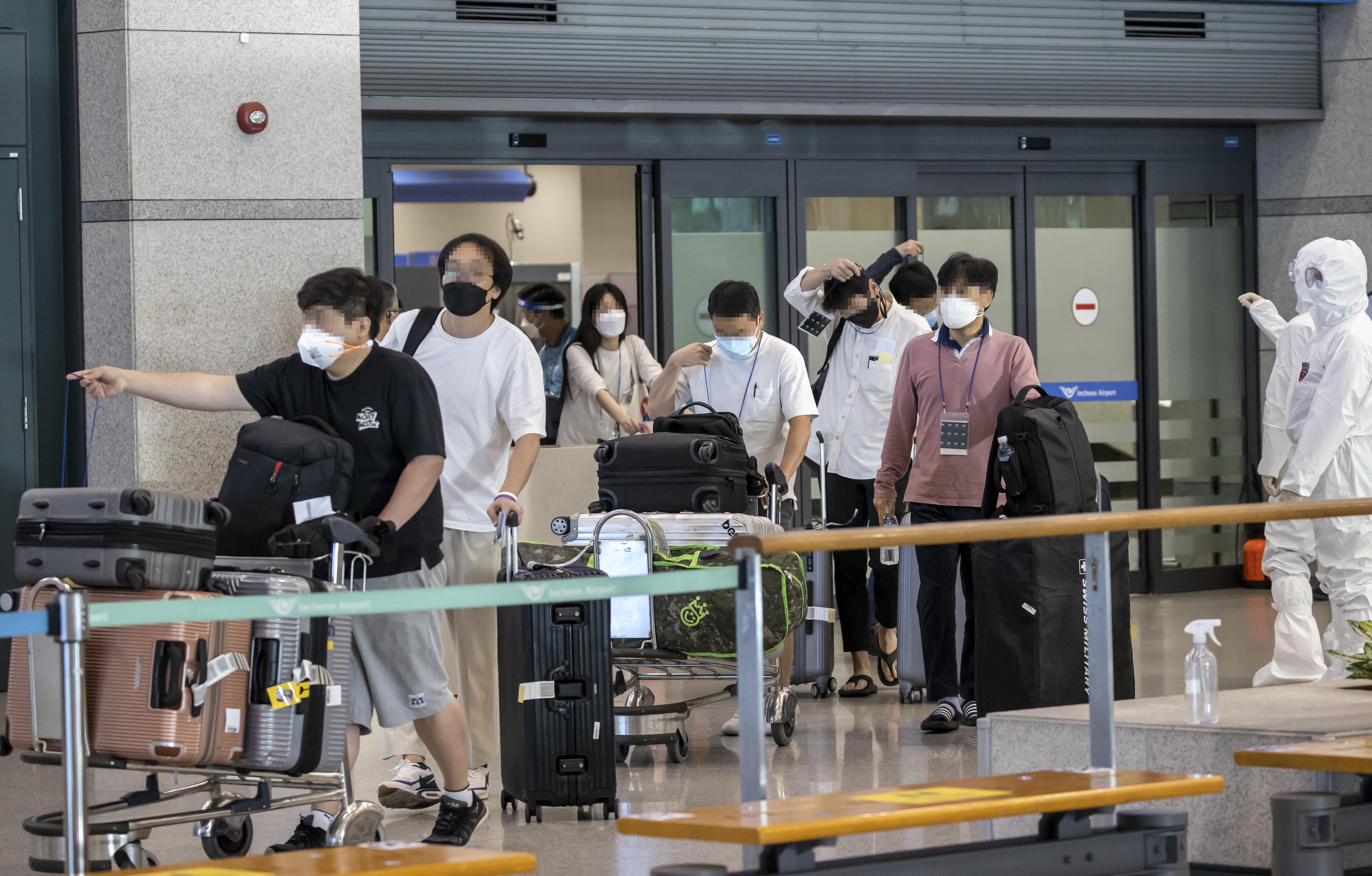 ▲▼蔚山近期開始流行英國變種病毒。圖為從印度金奈機場搭機抵達南韓仁川機場的韓籍僑民。(圖/達志影像)