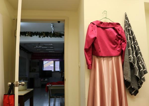 ▲ 牆上掛著明天要表演的衣服