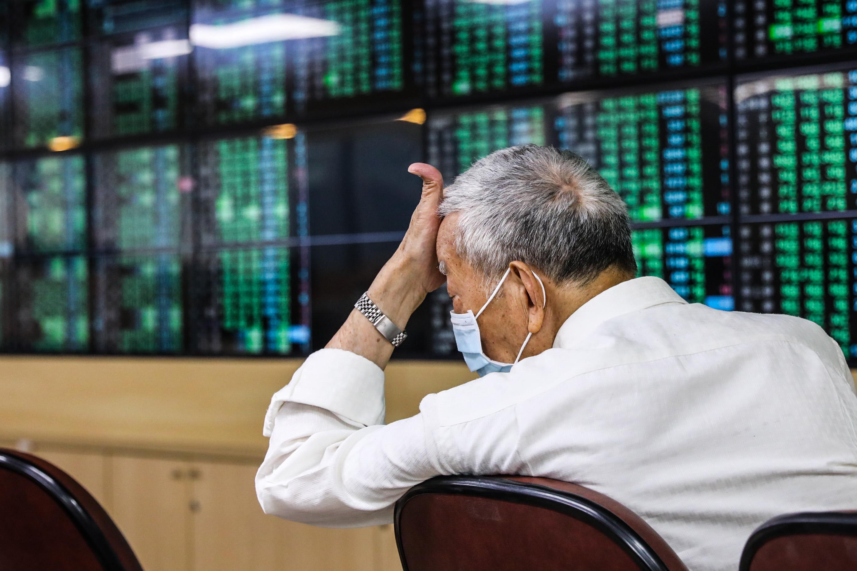 ▲台股12日盤中一度重挫逾1400點,創下史上盤中最大跌幅。(圖/記者林敬旻攝)