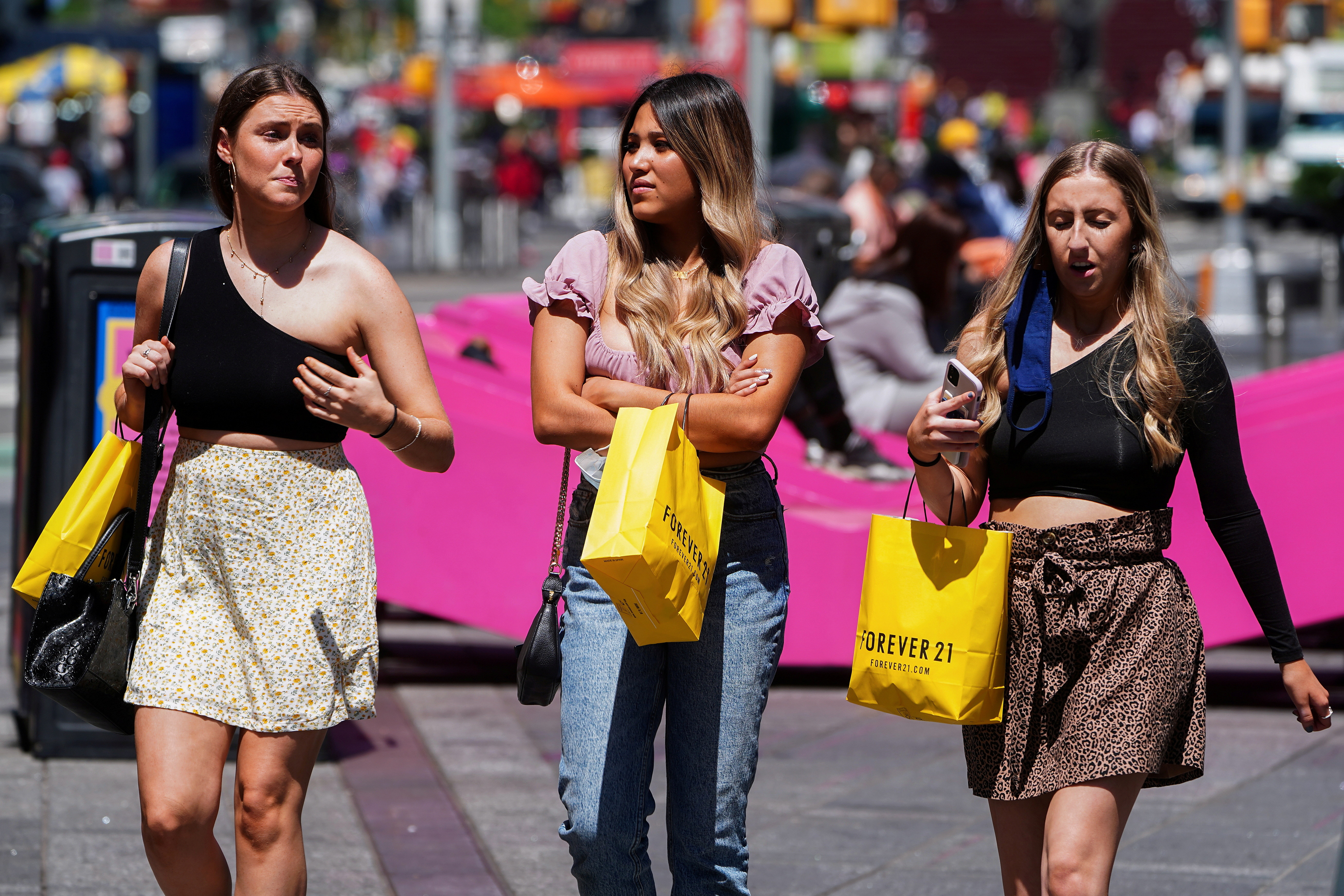 ▲▼紐約時報廣場的遊客已開始不再配戴口罩。(圖/路透社)