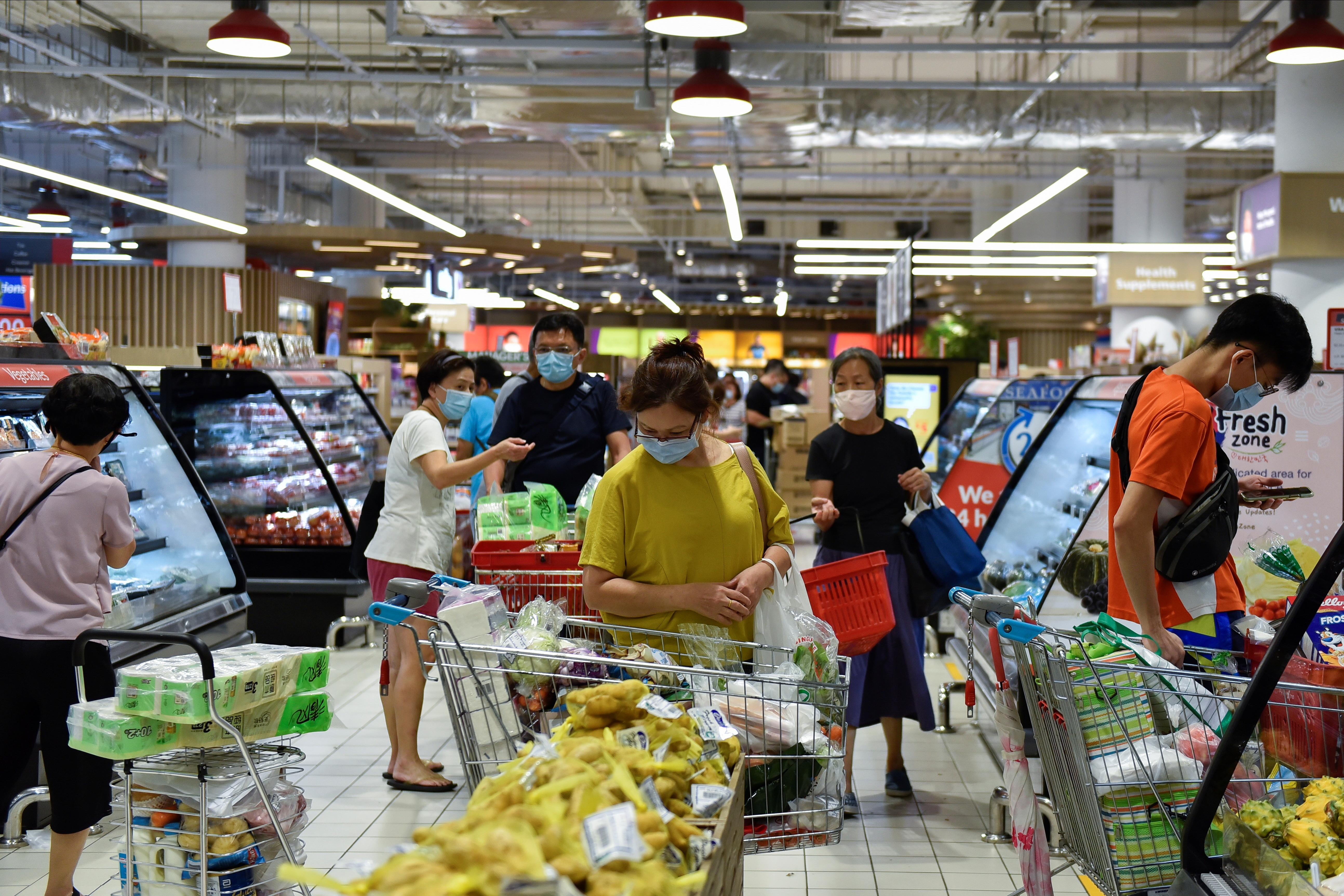 ▲▼新加坡近期本土疫情反撲,民眾前往超市採買必要物資。(圖/路透社)