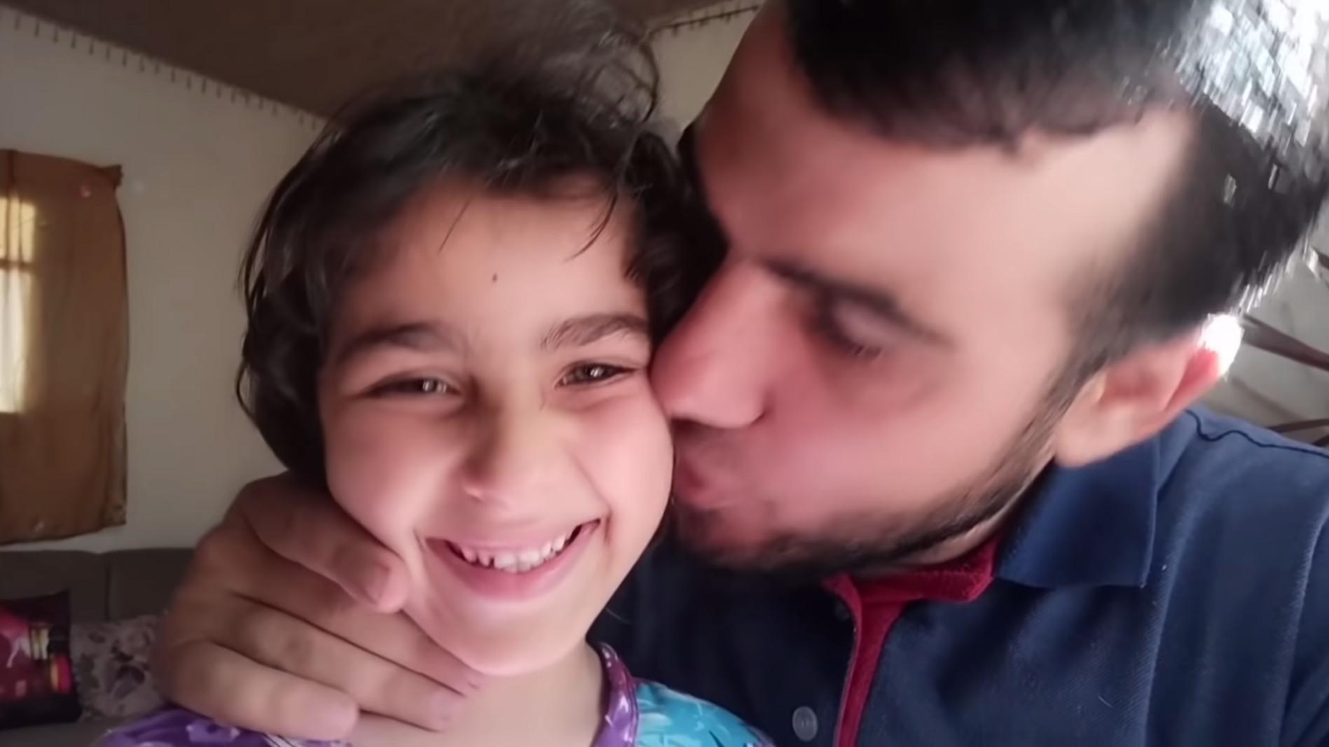 ▲▼來自巴勒斯坦的父親曼西生前仍試圖安撫被戰火嚇壞的女兒。(圖/翻攝自Youtube@سارة وهالة ستارز)
