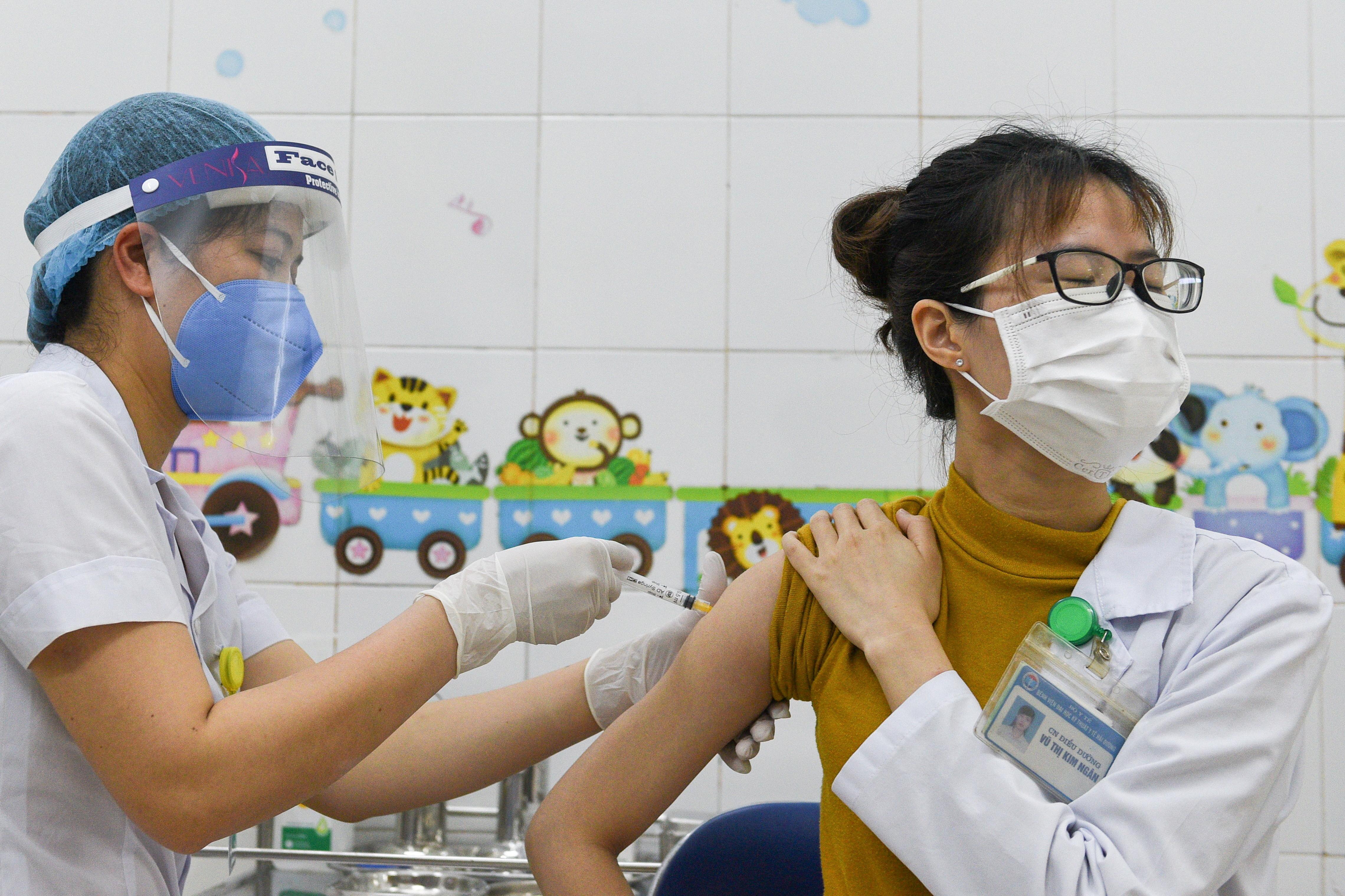 ▲▼越南從今年3月起開始接種新冠疫苗,圖為海陽市醫護人員接種AZ疫苗。(圖/路透社)