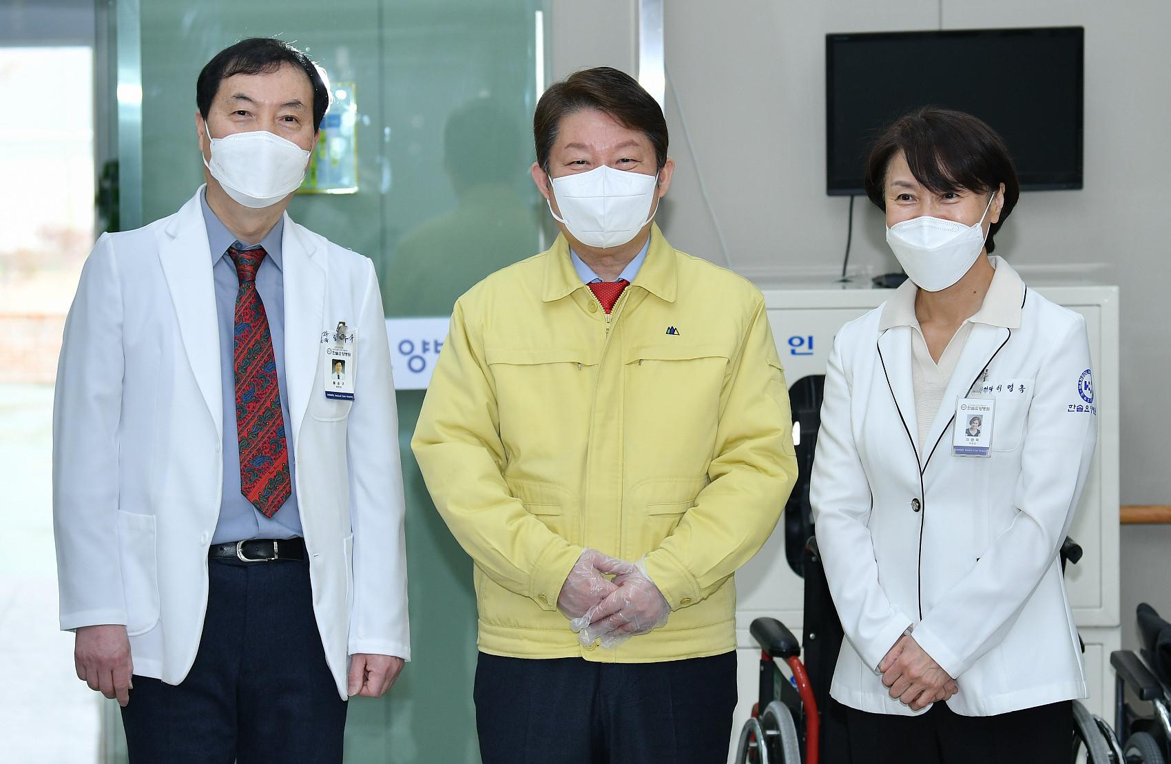 ▲▼南韓2月26日開放新冠疫苗接種,圖中黃衣者為大邱市長權泳臻。(圖/CFP)