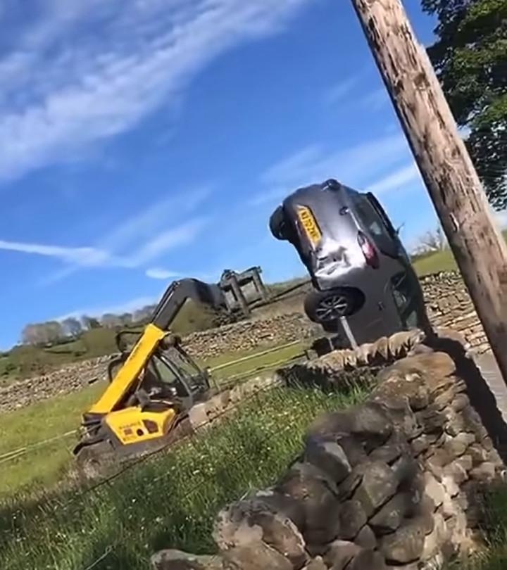 ▲▼英國農民開曳引機推翻擋住農場出入口的汽車。(圖/翻攝自YouTube/Charlie Finnerty)
