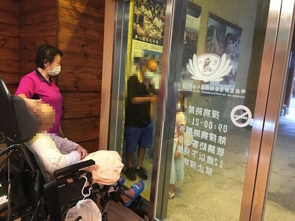 ▲▼癌末患者隔著窗戶,與妻子、孩子道別。(圖/台中慈濟醫院)