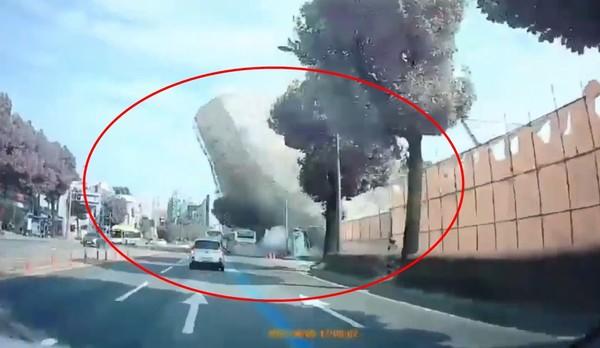 ▲▼南韓工地倒塌釀3死7傷  路過公車整輛「被鋼筋水泥掩埋」。(圖/翻攝自YouTube/꼬네이KKone2)