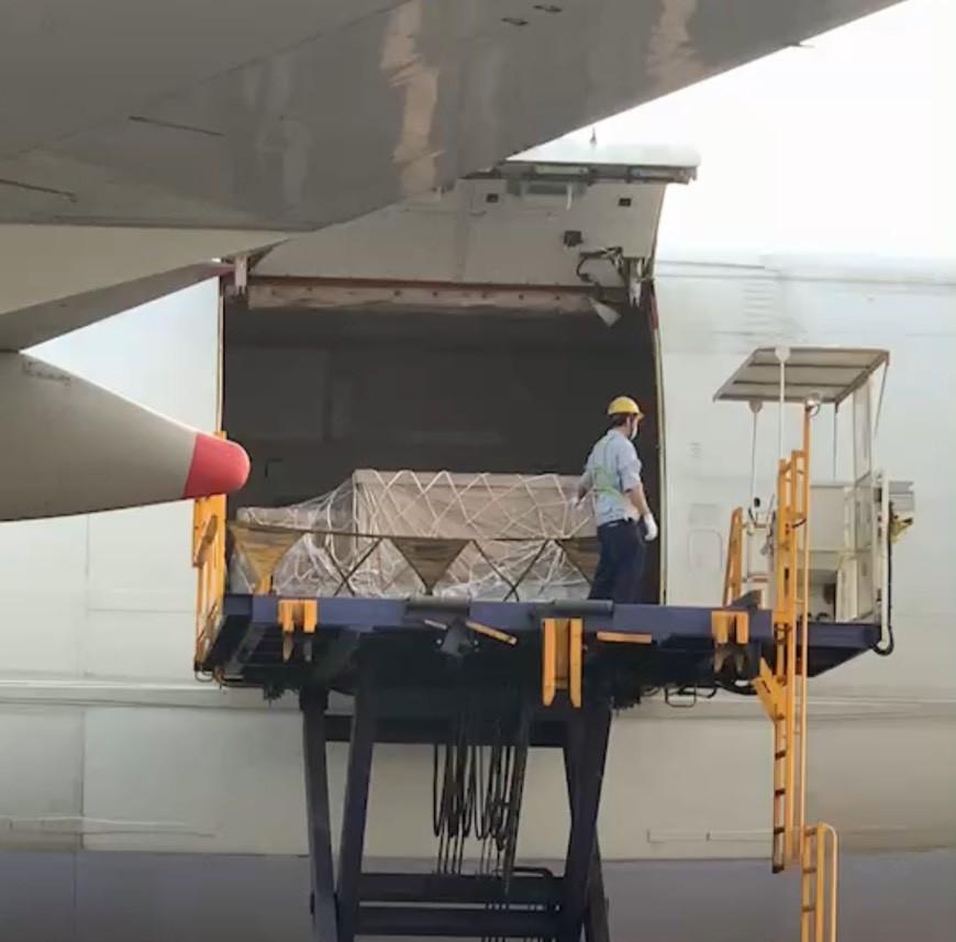 ▲▼陳時中親抵桃機,觀看負壓隔離艙從機上卸貨             。(圖/三顧生醫提供)