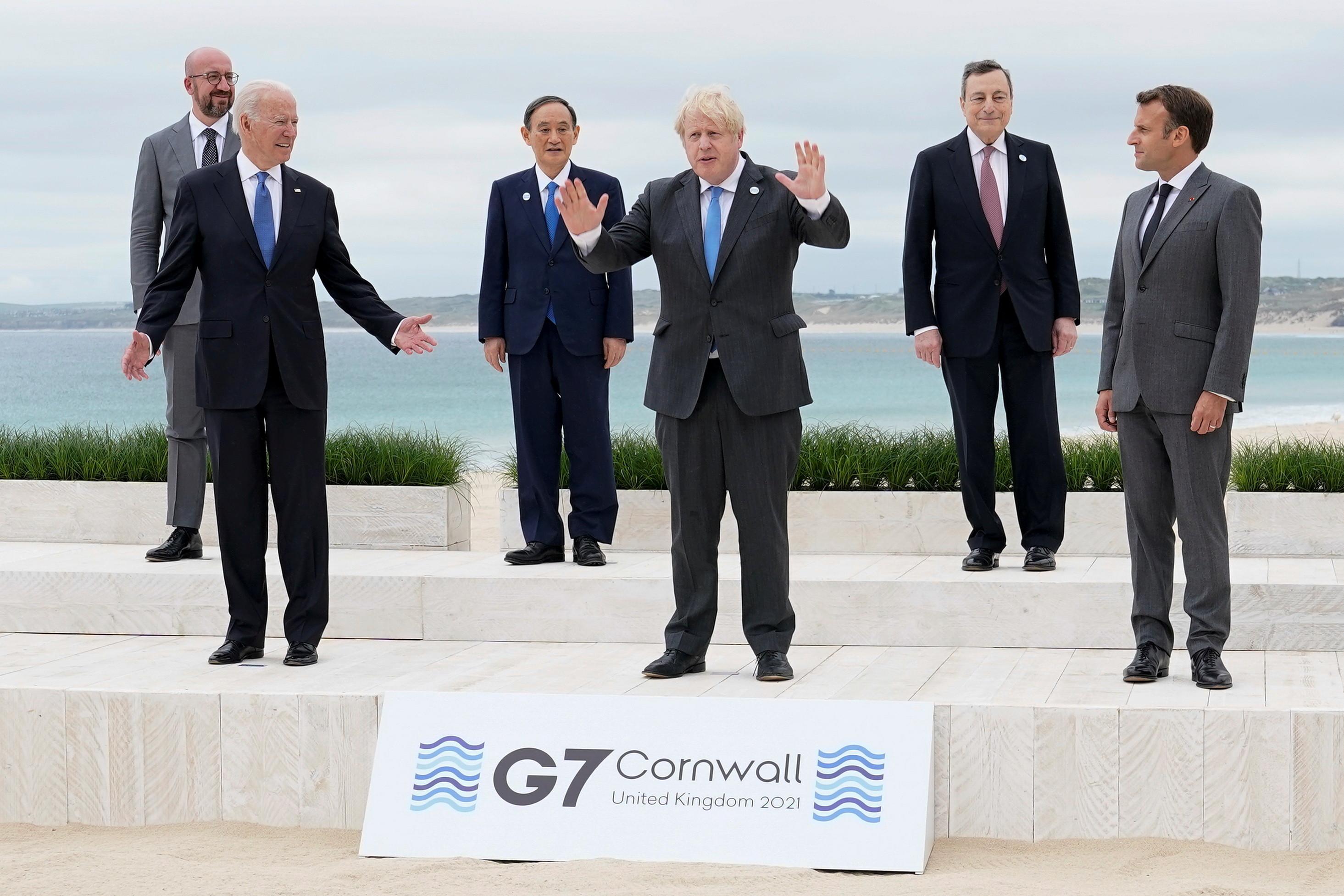 ▲▼G7峰會成員國領袖依照傳統在海灘前拍攝大合照。(圖/路透社)