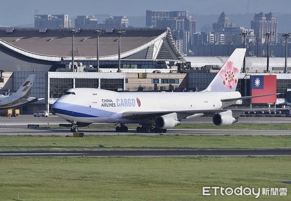 ▲▼約24萬劑莫德納疫苗由華航貨機CI-5556載運,於今天下午抵達台灣桃園機場,中華航空,航空業,貨機,航空貨運,航運,China Airlines,波音747-400F Cargo  。(圖/記者李毓康攝)