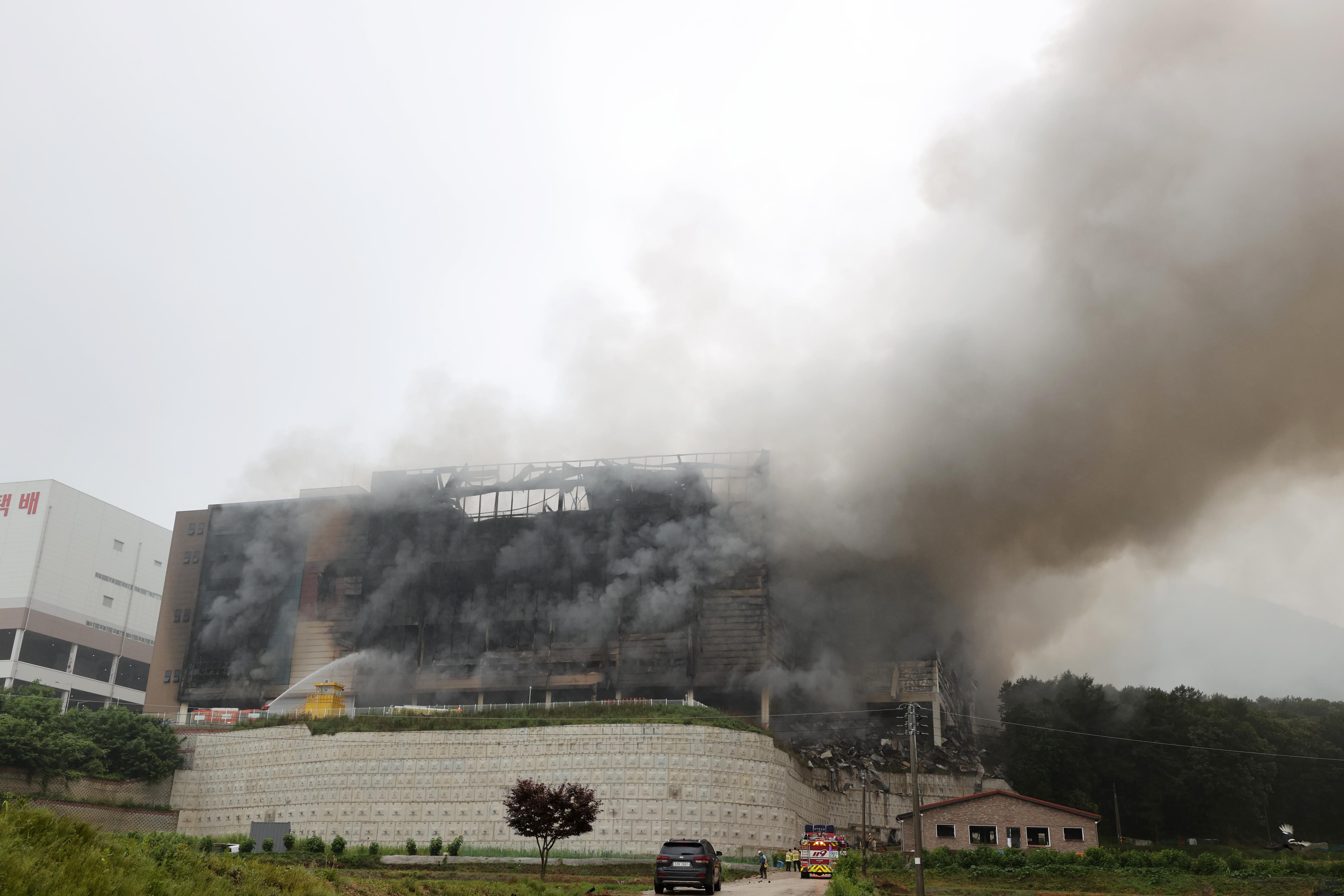 ▲▼Coupang位於京畿道利川的物流中心發生嚴重大火,一名消防員救災時受困,不幸殉職。(圖/志影像/newscom)