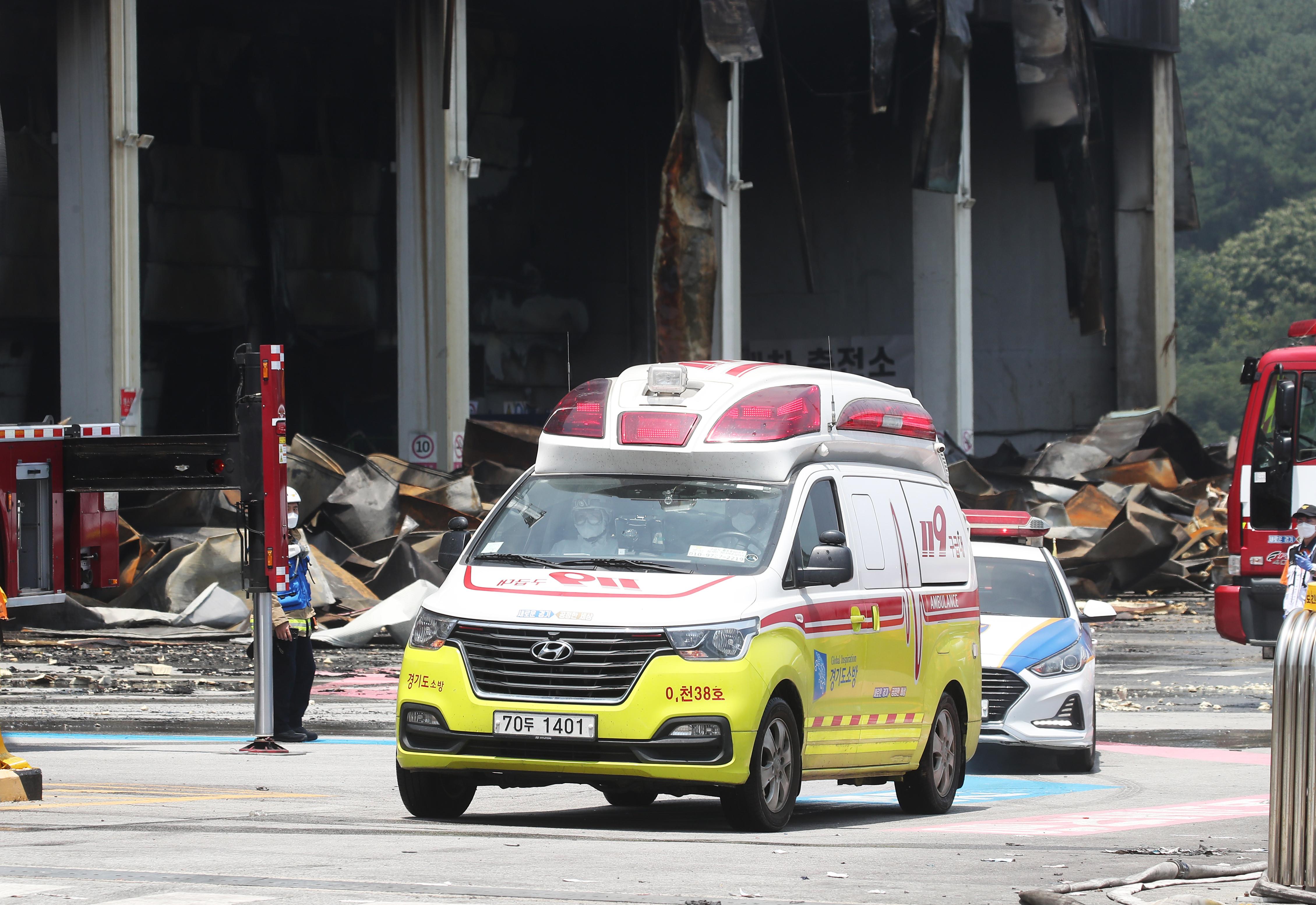 ▲▼金姓消防員遺骸於19日上午被發現,以救護車送往醫院太平間安置。(圖/達志影像/newscom)
