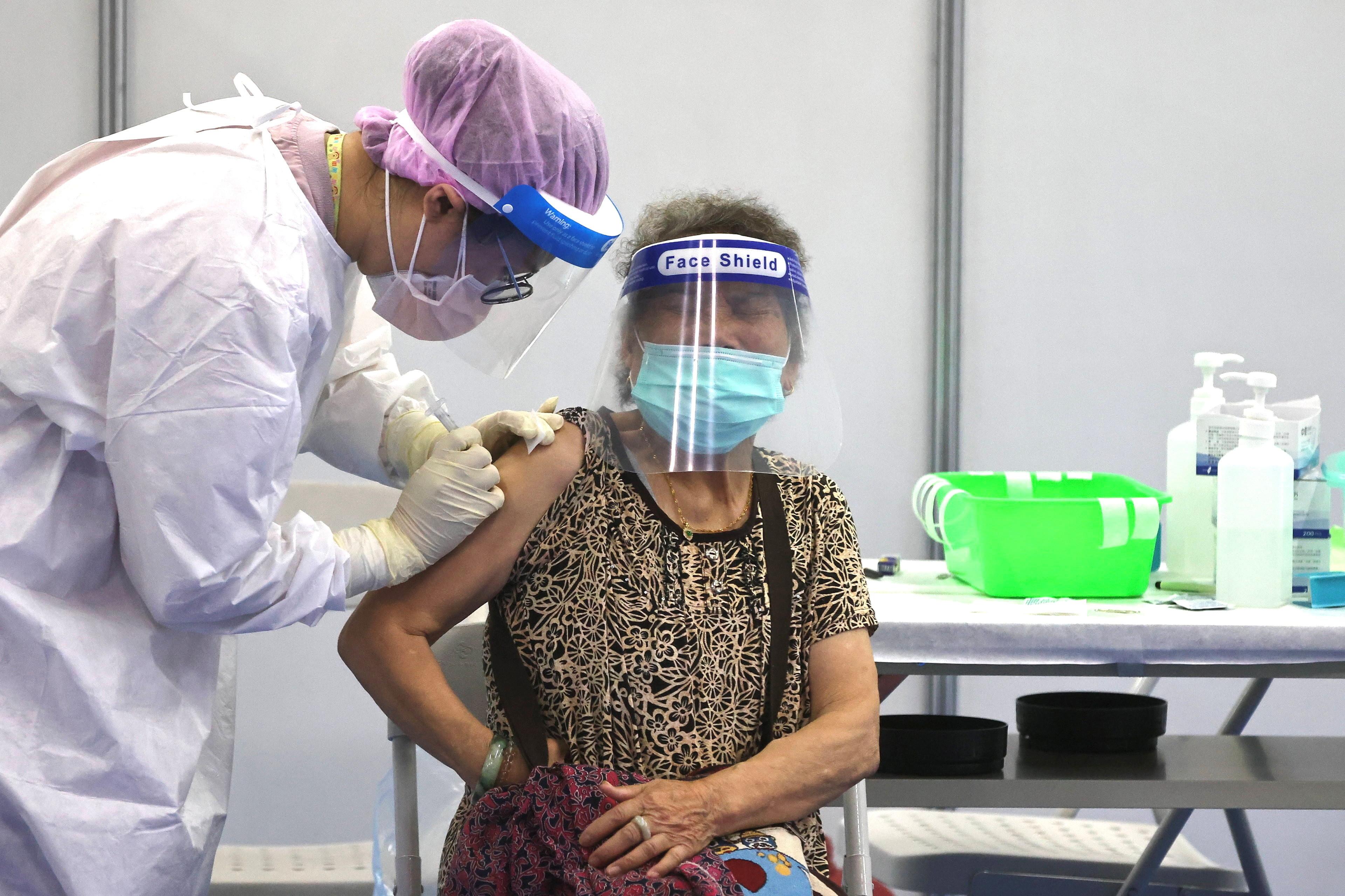 ▲▼AZ疫苗屬於腺病毒載體技術,新北市醫護人員為85歲以上婦女接種疫苗。(圖/路透社)
