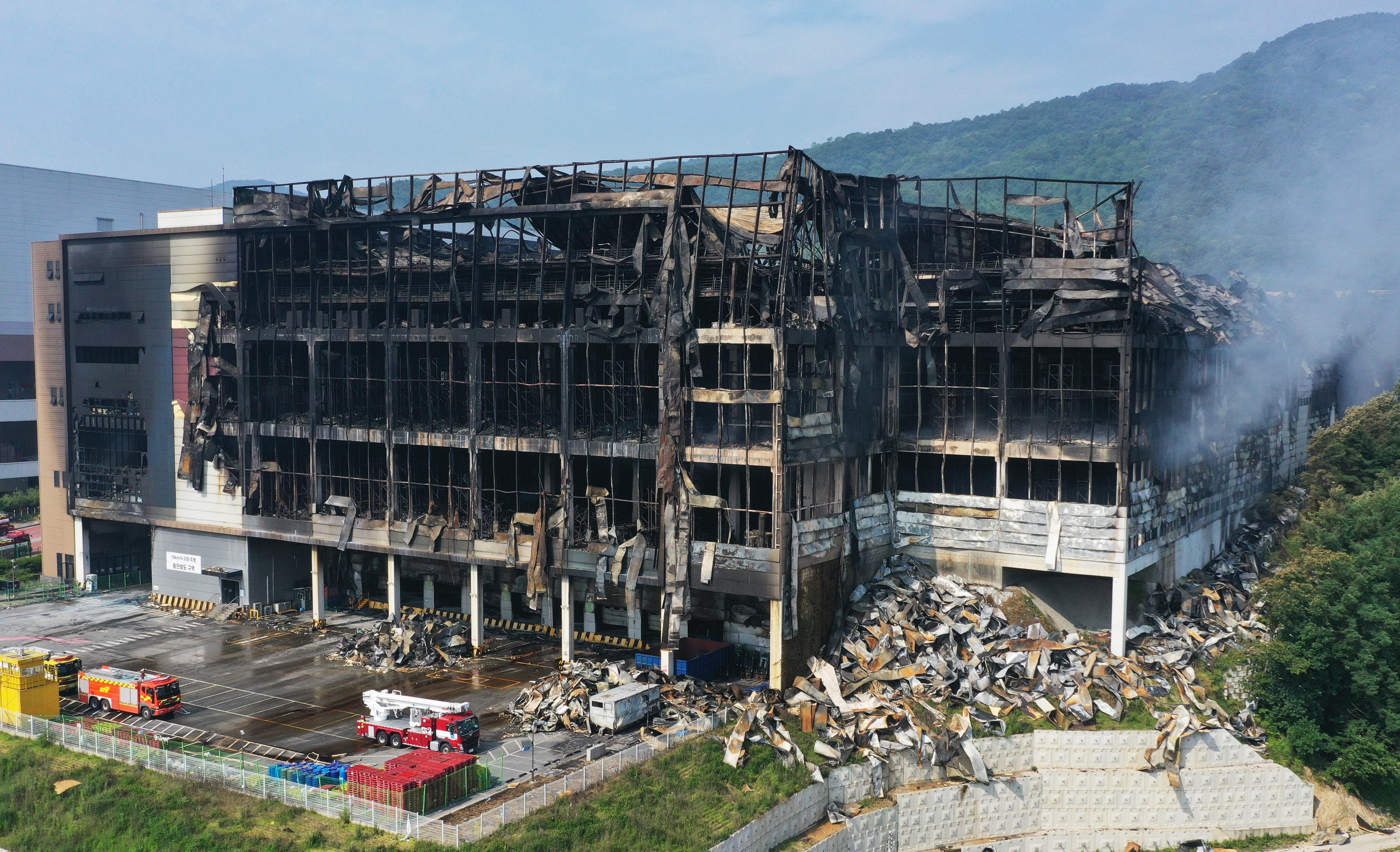 ▲▼南韓最大電商Coupang位於京畿道利川市的德坪物流中心,被燒到只剩下焦黑骨架,宛若砲擊般。(圖/達志影像/newscom)