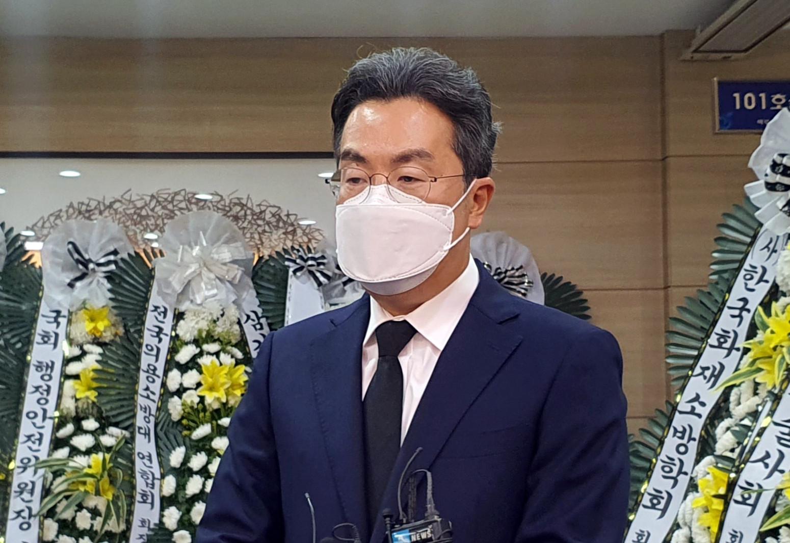 ▲▼Coupang代表理事社長姜翰承前往殉職消防員金東植的靈堂致哀。(圖/達志影像/newscom)