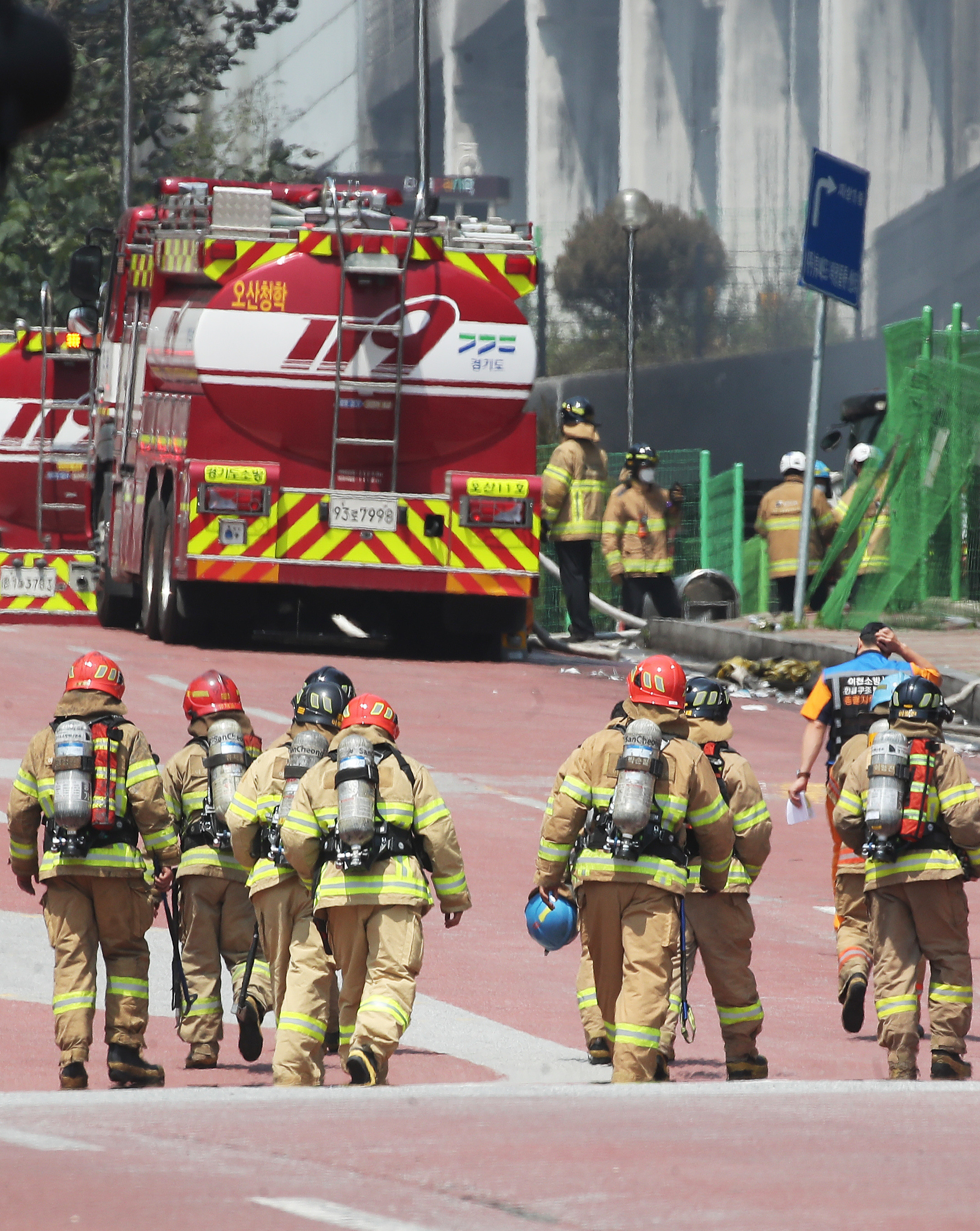 ▲▼消防人員在建築物外部進行滅火作業。(圖/達志影像/newscom)