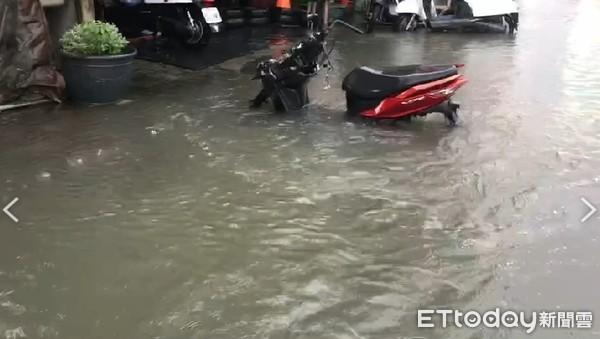 快訊/被雷公叫醒!高雄積淹水災情頻傳 駕駛受困車內等救援