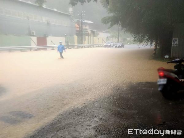 浪漫台3線也淹水了!雲林野溪暴漲驚現黃泥瀑布 緊急封閉3車道