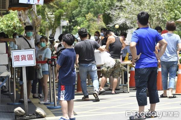 疫情趨緩不忍了?桂山電廠爆「群聚搶枝仔冰」 人潮密集一片熱鬧