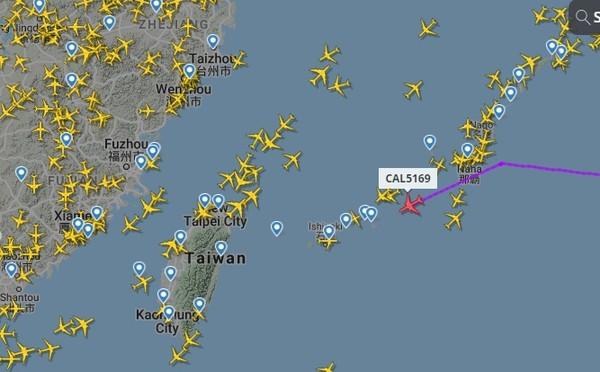 已飛越沖繩上空!1.5萬人緊盯華航「莫德納專機」 估16:34降落