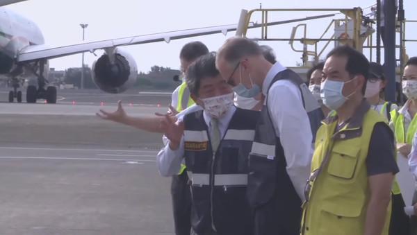 美捐250萬劑莫德納抵台!陳時中戴「感謝美國」口罩與AIT處長接機