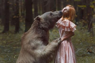 森林裡,美女和動物過著快樂的日子❤