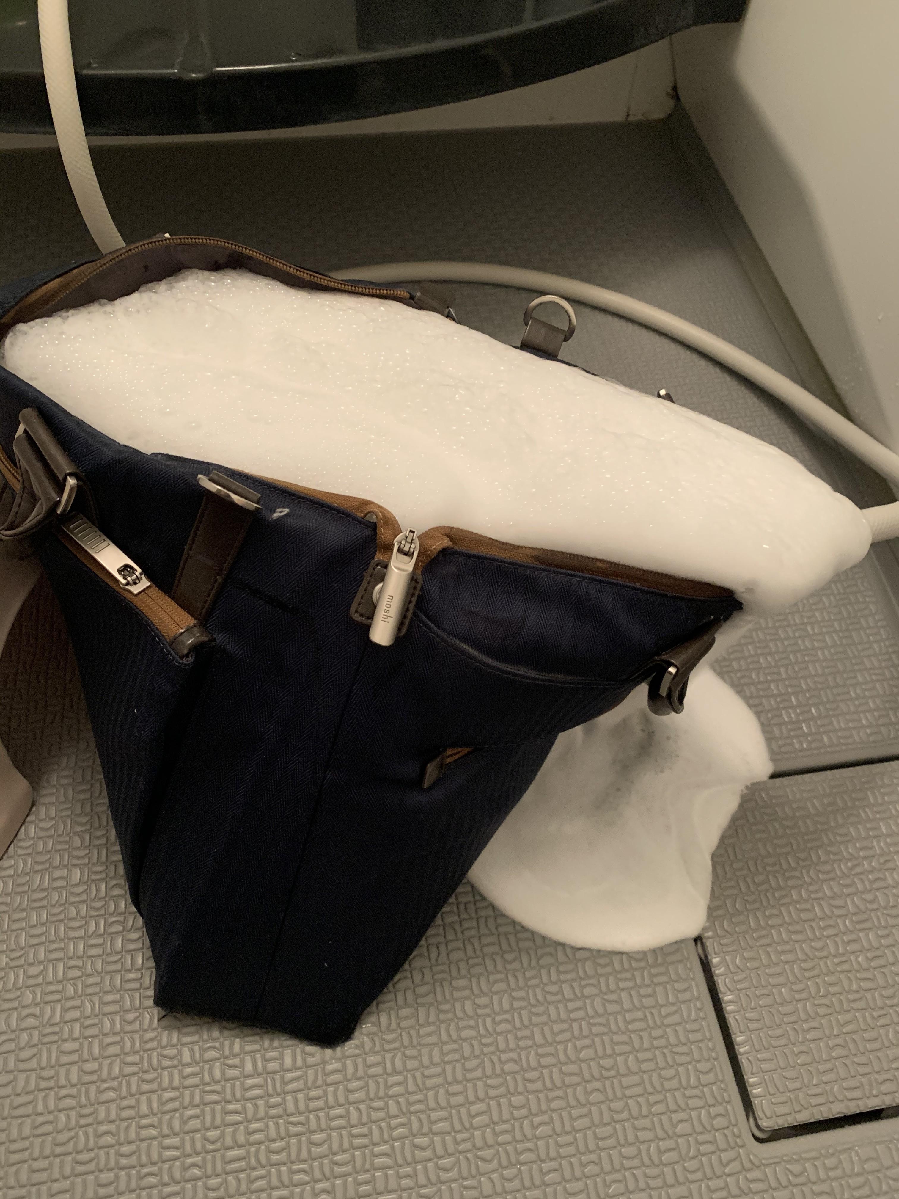 ▲▼ 補充包在包包炸開 。(圖/翻攝自Twitter/@sakasakaykhm )