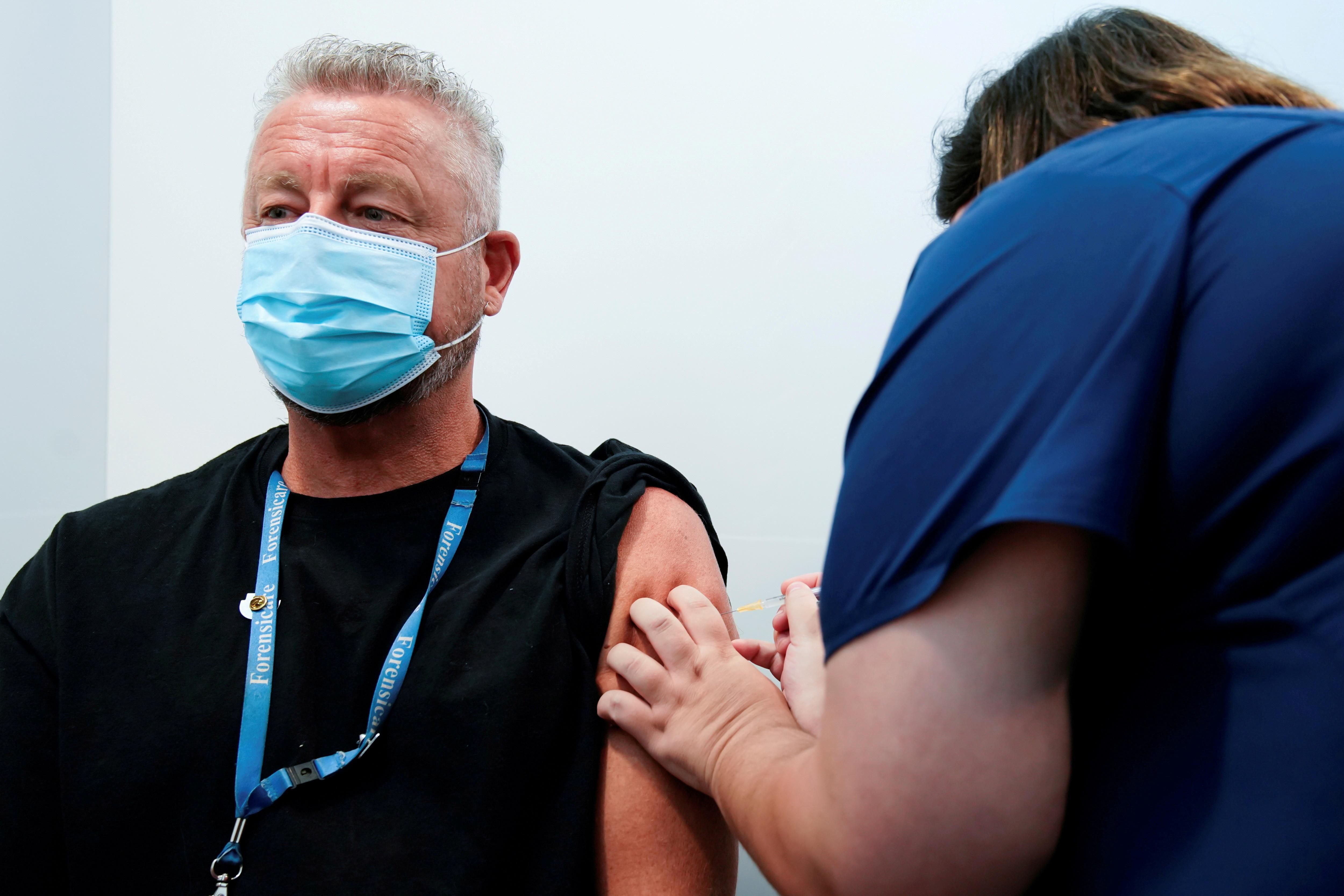 ▲▼澳大利亞墨爾本的醫護人員,正為高風險職業人士接種輝瑞疫苗。(圖/路透社)