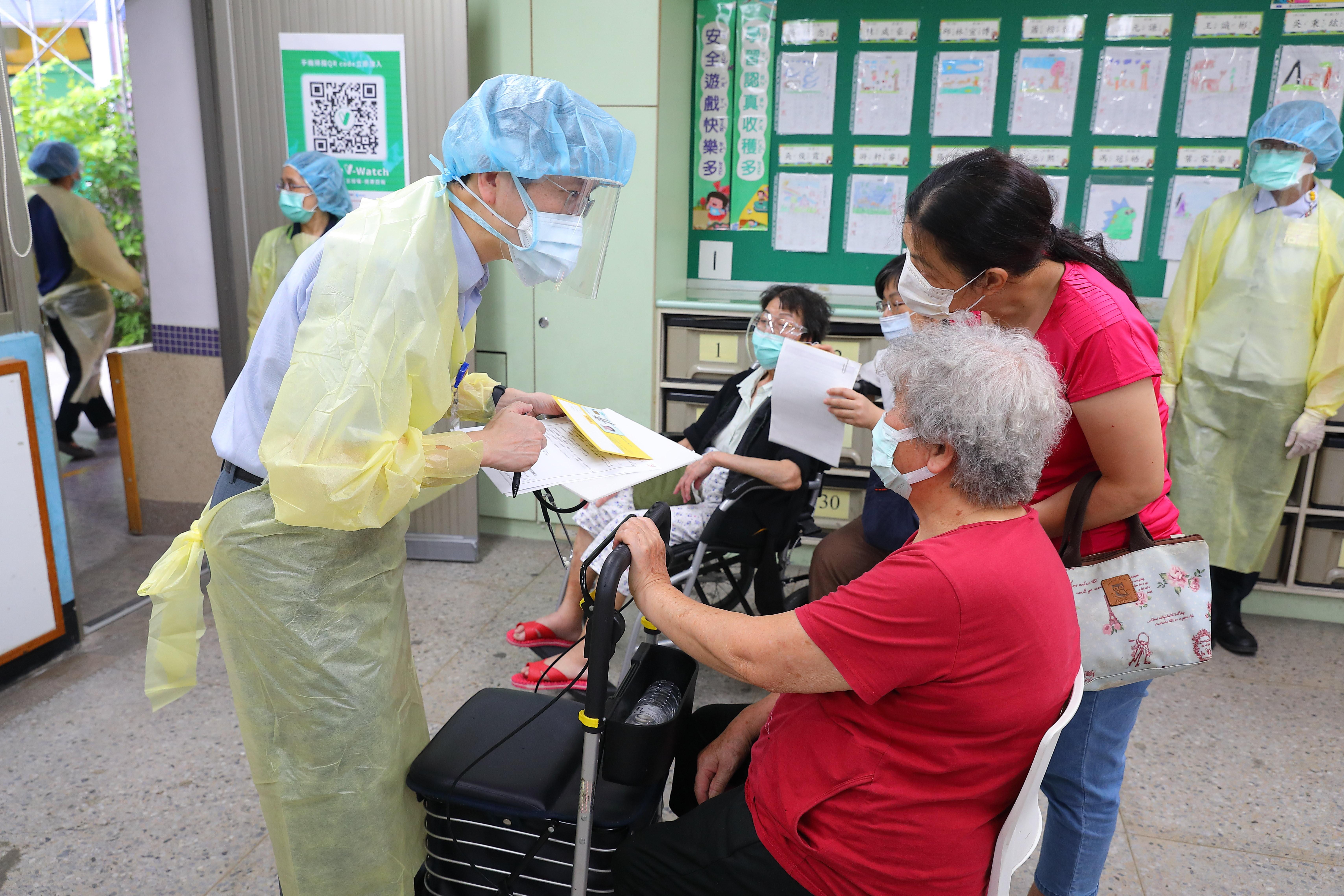 COVID-19,疫苗,施打順序,指揮中心,地方政府,預防接種,造冊,傳染病防治法