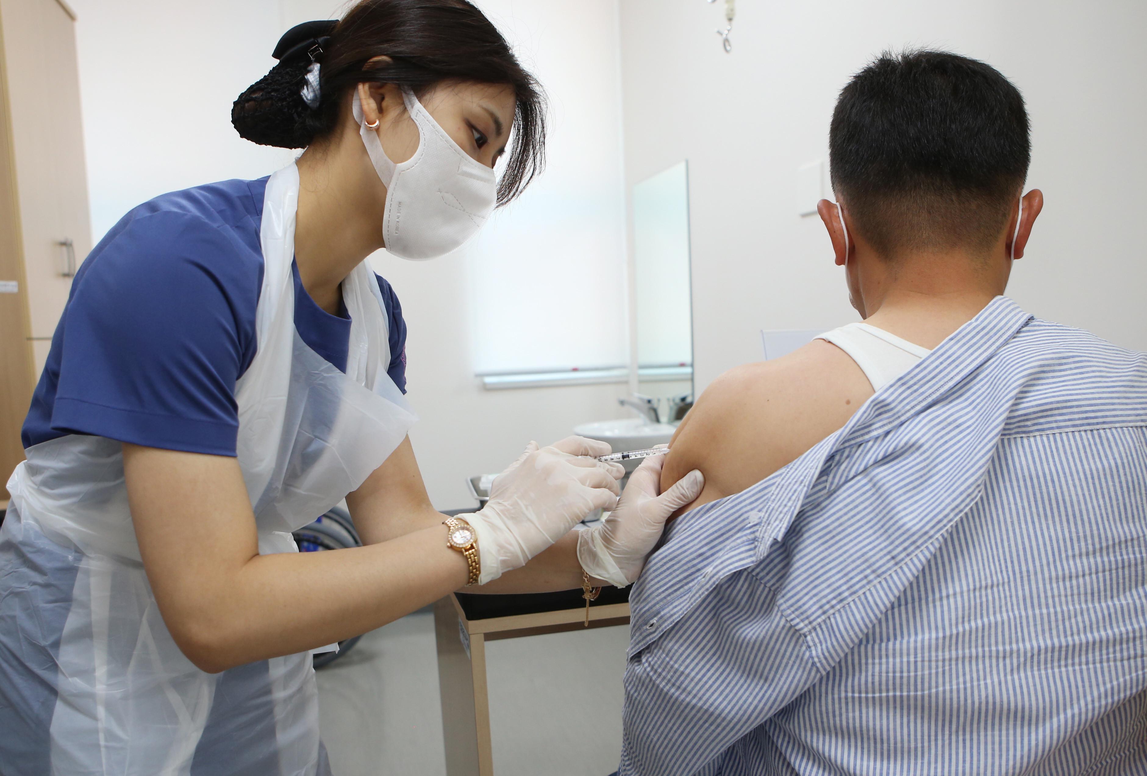 ▲▼三星、SK海力士、LG等集團研擬7月底為員工施打莫德納疫苗。圖為南韓民眾接種嬌生疫苗。(圖/達志影像)