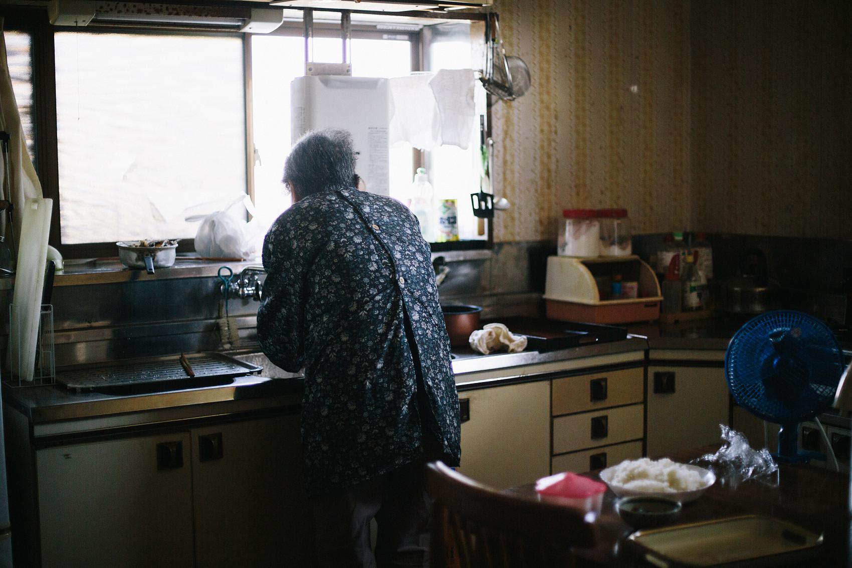▲▼南韓60多歲老夫妻病逝,女兒伴屍長達3個多月。(示意圖/CFP)