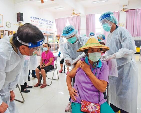 屏東出現Delta變異株本土確診個案,屏東縣長潘孟安(左)緊急宣布枋山鄉2個村升為準四級警戒,並可先打疫苗。(翻攝潘孟安臉書)