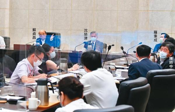 蘇貞昌5日召開擴大防疫會議表示,多數縣市疫情已趨緩,各行各業管制措施有合理調整的空間,指揮中心預計本週報告相關防疫指引。(行政院提供)