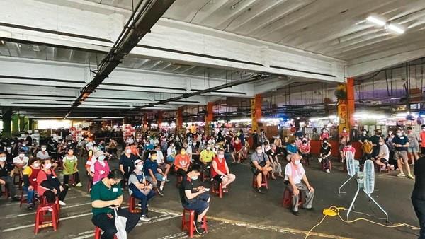 北市3市場中屬環南市場最嚴峻,確診已破百,圖為亞東醫院進駐採檢。(亞東醫院提供)
