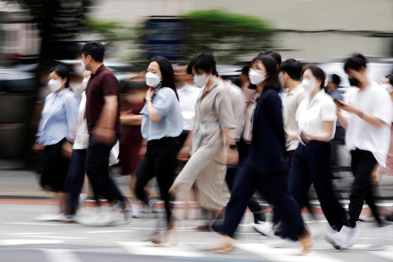 ▲▼南韓新冠單日新增1212例,創下去年12月第3波大流行以來的紀錄。(圖/路透社)